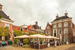 Mensen die van een de zomerdag op een terras in de oude stad van Wor genieten Royalty-vrije Stock Foto's