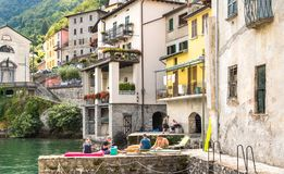 Mensen die van een klein oud dorp Brienno op de kust van Meer Como, Italië genieten Royalty-vrije Stock Afbeelding