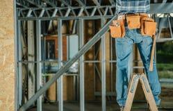 Mensen die van een Ladder werken stock foto