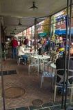 Mensen die van een Openluchtstraatrestaurant genieten stock foto