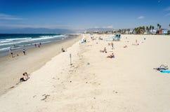 Mensen die van een zonnige dag in het Strand van Venetië, Californië genieten royalty-vrije stock afbeeldingen
