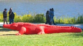 Mensen die van het Krokodilletentoongestelde voorwerp genieten in Art Prize stock foto