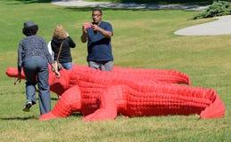 Mensen die van het Krokodilletentoongestelde voorwerp genieten in Art Prize stock fotografie