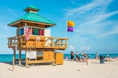 Mensen die van het strand genieten bij Zuidenstrand, Miami Stock Foto's