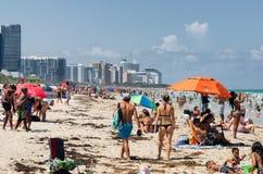 Mensen die van het strand genieten in Zuid-Miami Stock Afbeelding