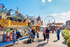 Mensen die van het van het de Baaistrand van Cardiff Festival 2017 genieten stock foto