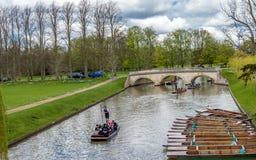 Mensen die van het wegschoppen op een aardige de zomerdag genieten op Riviernok, Cambridge royalty-vrije stock fotografie