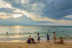 Mensen die van hun avond genieten bij het strand Stock Afbeeldingen
