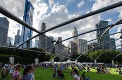 Mensen die van levend overleg genieten bij stadspark Stock Afbeelding