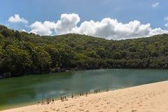 Mensen die van Meer Wabby in Fraser Island, Queensland, Australië genieten stock afbeelding