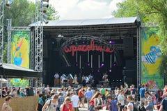 Mensen die van mooi weer genieten bij festival en op band het presteren letten Royalty-vrije Stock Afbeelding