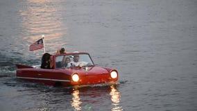 Mensen die van rode amfibische autorit op het Uitzichtgebied van Meerbuena genieten