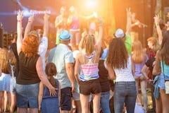 Mensen die van verschillende leeftijden van een in openlucht muziek, cultuur, gebeurtenis, festival genieten Royalty-vrije Stock Fotografie