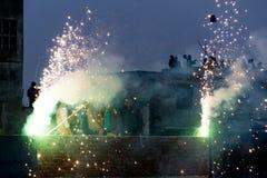Mensen die van vuurwerk op een dak in Jaipur genieten Stock Afbeelding