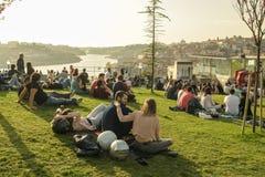 Mensen die van warme de lenteavond in Porto genieten stock afbeeldingen