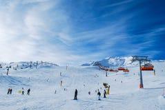 Mensen die van zonnige ski genieten dag Solden Oostenrijk Stock Afbeeldingen