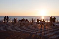 Mensen die van zonsondergang in Zandvoort, Holland genieten Royalty-vrije Stock Fotografie