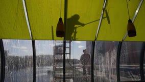 Mensen die vensters wassen Schaduwen van mensen die brugvenster wassen stock footage