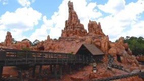 Mensen die verbazend de Grote Spoorweg van de Donderberg op bewolkte hemelachtergrond in Magisch Koninkrijk in Walt Disney World  stock video