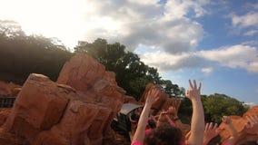 Mensen die verbazend de Grote Spoorweg van de Donderberg op bewolkte hemelachtergrond in Magisch Koninkrijk in Walt Disney World  stock videobeelden