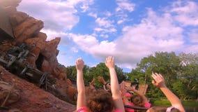 Mensen die verbazend de Grote Spoorweg van de Donderberg op bewolkte hemelachtergrond in Magisch Koninkrijk in Walt Disney World  stock footage