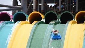 Mensen die verbazend Taumata-Raceautoaantrekkelijkheid in Aquatica genieten van Het is de grootste trilling in park 29 1