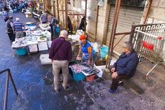 Mensen die vissen kopen van de vissenmarkt van Catanië Stock Fotografie