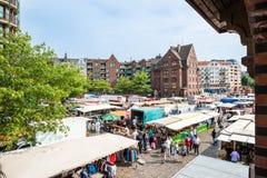 Mensen die Vissen van Markt genieten door de haven in Hamburg, Duitsland Royalty-vrije Stock Fotografie