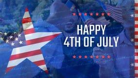 Mensen die vlag en vierde van Juli-groet houden stock video
