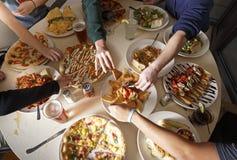 Mensen die voedsel eten Royalty-vrije Stock Fotografie