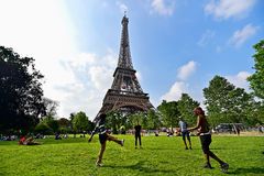 Mensen die voetbal in Champ de Marspark spelen Royalty-vrije Stock Fotografie