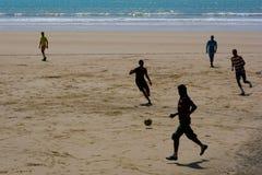 Mensen die voetbal op het strand in Essaouira, Marokko spelen royalty-vrije stock fotografie