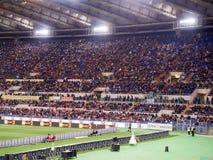 Mensen die voetbalwedstrijd bijwonen op Stadion Royalty-vrije Stock Fotografie