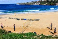 Mensen die volleyball op het strand spelen royalty-vrije stock foto's