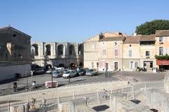 Mensen die voor amphithater in Arles lopen Stock Foto's