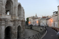 Mensen die voor amphithater in Arles lopen Stock Foto