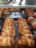 """Mensen die voor bakkerij de wachten op kopen snel voedsel sep, 2015 in van Sofia, Bulgarije †""""4 Snel voedsel, gebakje, bakkerij Royalty-vrije Stock Foto's"""