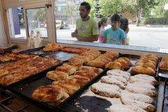 """Mensen die voor bakkerij de wachten op kopen snel voedsel sep, 2015 in van Sofia, Bulgarije †""""4 Snel voedsel, gebakje, bakkerij Stock Foto"""