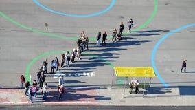 Mensen die voor een bus een rij vormen Royalty-vrije Stock Foto's