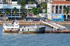 Mensen die voor een veerboot in Maputo queing Royalty-vrije Stock Foto