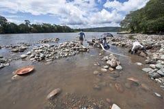 Mensen die voor Goud in de Napo-Rivier filteren, Ecuador Stock Afbeeldingen
