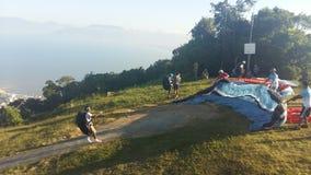 Mensen die voor het parachuteren voorbereidingen treffen stock foto's