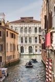 Mensen die voor het werk in Venetië weggaan Stock Foto