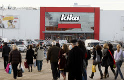 Mensen die voor het winkelen in opslag Kika gaan Stock Fotografie