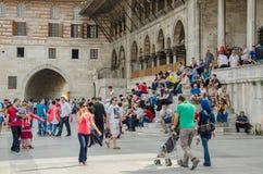 Mensen die voor Istanboel Yenicami rusten Royalty-vrije Stock Foto's