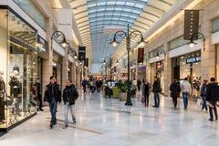 Mensen die voor Kerstmis in Luxewinkelcomplex winkelen royalty-vrije stock foto's