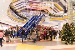 Mensen die voor Kerstmis winkelen Royalty-vrije Stock Foto