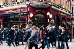 Mensen die voor Kroon & Ankerbar in Covent-Tuin, Londen, het UK lopen Royalty-vrije Stock Foto's