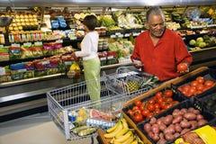 Mensen die voor opbrengst winkelen. royalty-vrije stock afbeeldingen