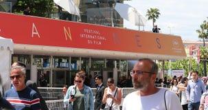 Mensen die voor Palais des Festivals et des Congres Building in Cannes lopen stock footage